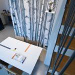tavolo in Corian artigianale stile Mondrian con inserti geometrici colorati