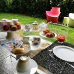 brioches biscotti frutta fresca colazione outdoor